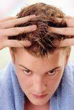 روش های درمان موهای چرب و کف سر چرب