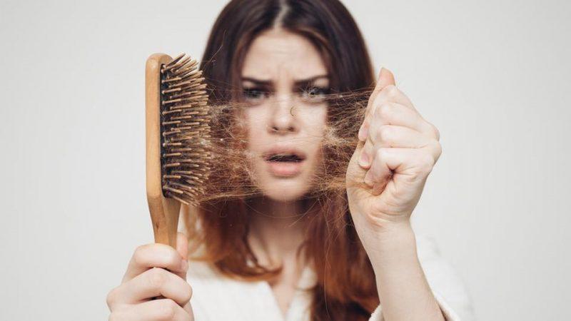 D8B9D984D8AA D8B1DB8CD8B2D8B4 D985D988 800x450 - علل احتمالی ریزش مو در خانم ها